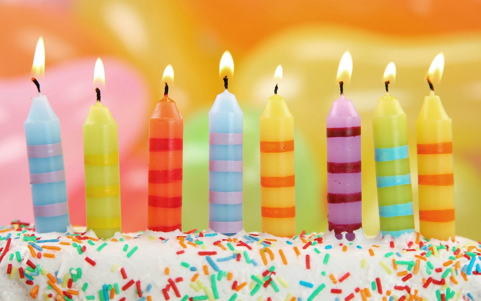 brandende-kaarsjes-op-een-verjaardagstaart-hd-verjaardag-achtergrond